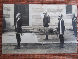 """POMPIERS D'AGEN 1920 """"  Ambulance. Transport D'un Blessé """" Véritable Photo. - Agen"""