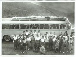 Grande Photo. Route De La Grande Corniche Vue Sur Eze. Autocar Et Touristes. 1951. - Lieux