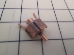 Pin313a Pin's Pins / Beau Et Rare / THEME ESPACE : RESSEMBLE FOUTREMENT A UN SATELLITE - Space