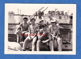 Photo Ancienne Snapshot D'un Marin Français - Portrait De Garçon De Marine Nationale Uniforme Militaire Boy Pose Port - Guerre, Militaire