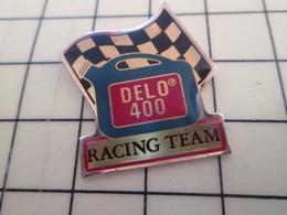 Pin2317 Pin's Pins / Beau Et Rare / THEME AUTOMOBILES : DELO 400 RACING TEAM DRAPEAU A DAMIERS - Rallye