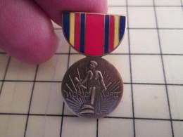 Pin2317 Pin's Pins / Beau Et Rare / THEME MILITARIA : MEDAILLE AMERICAINE ? WORLD WAR TWO - Army