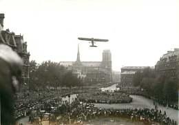 150518 - PHOTO DE PRESSE ROBERT COHEN AGIP - Libération De Paris GUERRE 1939 45 - Place Avion Aviation - Guerra, Militari