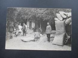 AK / Foto 1. WK Soldaten Füllen Große Strohsäcke! Soldaten Mit Schäferhund - Weltkrieg 1914-18