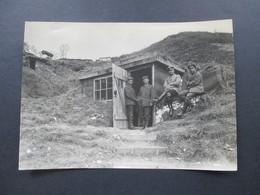 Echtfoto Großes Bild Mit Soldaten Vor Einer Hütte / Bunker! Gefechtsstation. Schützengraben! - Guerre, Militaire