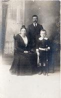 Carte Photo Non Localisée - Couple Et Enfant  - Arlésienne     (106245) - Fotografia