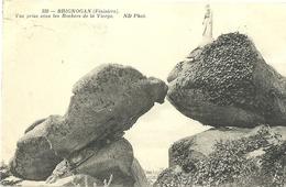 Brignogan Vue Prise Sous Les Rochers De La Vierge - Brignogan-Plage
