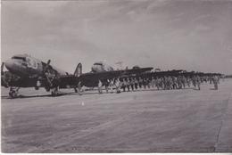 Rare Cpa  Parachutistes Devant Avions Dakota - 1939-45