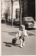 ENFANT MARCHE SUR LE TROTTOIR, TRACTION ET 203 Peugeot  1967 - Automobiles