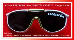 SUPER PIN'S-Epinglette LACOSTE : Les Superbes LUNETTES LACOSTE Zamac Or Forme Courbée, Arthus BERTRAND 3,2X1,2cm - Arthus Bertrand
