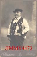 Un Homme En Costume Local - Taille 106 X 163 - Photo A. Guéranne Pontivy - VINTAGE PORTRAIT CARTE CDV Tirage Alluminé - Photos