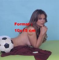 Reproduction D'une Photographie De Silvia Dionisio Allongée Sur Le Sol Le Torse Nu à Côté D'un Ballon De Football - Reproductions