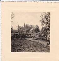 MINI PHOTO---03---BEZENET---1957--un Coin Du Clos Et Clocher--voir 2 Scans - Photographie