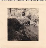 MINI PHOTO---03---BEZENET---1957--dans Le Jardin Du Clos Au Bord Du Bassin--voir 2 Scans - Photographie