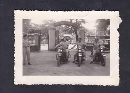 Photo Originale Vintage Snapshot Guerre Indochine Prevote Haiphong Gendarmerie Nationale Motards Moto Gendarme Gendarmes - Krieg, Militär