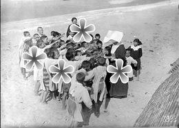 PHOTO(RETIRAGE) 1918 VARAVILLE PRET DE CABOURG CALVADOS 14 ORPHELINS RECEVANT DES FRIANDISES - Reproductions