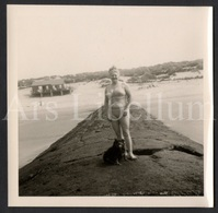 Photo Ancien / Foto / Photograph / Femme / Woman / Photo Size: 9 X 8.90 Cm. / Seaside / Belgische Kust / Dog / Chien - Anonieme Personen