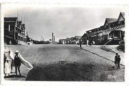 CPA..  MONTALIVET..ENTREE DE LA PLAGE ET LES HOTELS...ANIMATION.....TBE..1949..VOIR SCAN - France