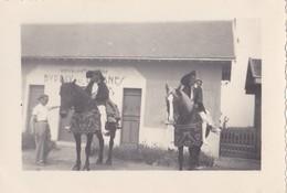 Cartes Photos Vers 1940 BATZ SUR MER / BUREAU DES DOUANES , FOLKLORE , FETE DEVANT L'EGLISE - Batz-sur-Mer (Bourg De B.)