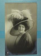 Femme à Chapeau - Mujeres