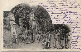 CPA Nouvelles Hébrides Circulé Namboués Totems Fétiches Village Danses D'enfants - Postcards