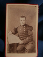 Photo CDV Anonyme - Militaire Soldat Du 111e D'infanterie Lisant Le Journal L380 - Photographs