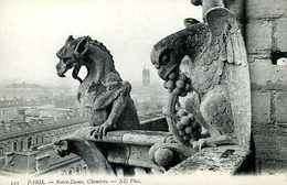 Paris : Notre Dame, 2 Chimères (en Arrière Plan La Tour St Jacques) - Notre Dame De Paris