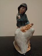 Figura De Porcelana De Una Mujer Sentada Con Un Perro (Cocker) En La Falda. - Sculptures