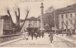 84 - FONTAINE DE VAUCLUSE - Le Pont, La Place Et La Colonne Commémorative - France