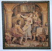 Ancien Tableau Cadre Bois Tapisserie Encadré Tenture Murale Serveuse Avec Hommes - Tapis & Tapisserie