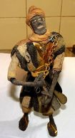 ANCIENNE SCULPTURE TISSU CUIR ET FIL DE FER / ETHNIQUE / LUTTE CONTRE ESCLAVAGE  HAUTEUR 27 Cm - Art Africain
