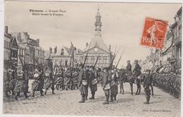 Cpa B13 PERONNE Grande Place Défilé Devant Le Drapeau-envoyée En 1914 Par Un Militaire - Peronne