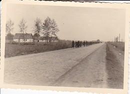 Foto Formation Deutsche Soldaten Auf Fahrrädern - 2. WK - 10*7cm (34722) - Krieg, Militär