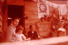 Photo Diapo Diapositive Le Monde Des Années 60 N°7 Intérieur Populaire Au Chili Photo De Che Guevara Au Mur VOIR ZOOM - Diapositives