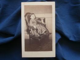 CDV Photo Calvet à Paris - Second Empire Jeune Garçon En Robe, Bien Assis Dans Un Fauteuil, Circa 1860  L379 - Photos