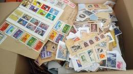 F0886 CARTON FRANCE + DE 2 KG TIMBRES SUR PAPIER TOUTES ÉPOQUES A TRIER COTE ++ DÉPART DÉPART 10€ - Briefmarken