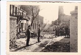 Foto Gruppe Deutsche Soldaten In Zerstörter Stadt - Straßenbahngleise - 2. WK - 10*7cm (34741) - Guerre, Militaire