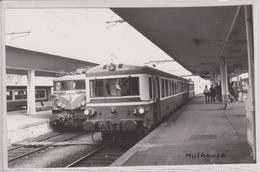 68 - MULHOUSE - PHOTO INTERIEUR DE LA GARE - 2 TRAINS - Mulhouse