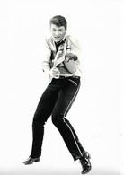 PHOTO DE PRESSE NOIR ET BLANC GRAND FORMAT 20CM/30CM  : JOHNNY HALLYDAY ET SA GUITARE SOUVENIRS SOUVENIRS 1960 - Célébrités
