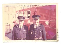 PERUWELZ Ou  Environs ( Sous Réserve)  - Photo De 2 Pompiers, Dont Le Commandant,  Devant Un Véhicule (mel2) - Peruwelz
