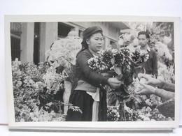 VIET NAM / LAOS / ...? - MARCHANDE DE FLEURS - CARTE PHOTO A IDENTIFIER - Cartes Postales