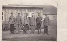 AK Gruppe Deutsche Soldaten Und Zivilist Mit Armbinde - 1. WK (34772) - Guerra 1914-18