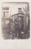 AK Foto Deutscher Soldat Im Garten - 1. WK (34776) - Guerra 1914-18