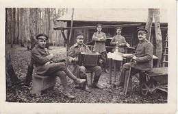 AK Foto Deutsche Soldaten Vor Hütte Im Wald - Zeitung Ziehharmonika Flasche - 1. WK (34777) - Guerra 1914-18