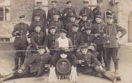 AK Foto Deutsche Soldaten Mit Bierfass Und Biergläsern - Bajonett Gasmaske - 1. WK (34781) - Guerra 1914-18