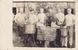 AK Foto Deutsche Soldaten Mit Dackel - Küchenpersonal Töpfe Messer - Humor - 1. WK (34782) - Guerra 1914-18