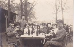 AK Foto Deutsche Soldaten Mit Damen Beim Feiern - Weinflaschen - 1. WK (34783) - Guerra 1914-18