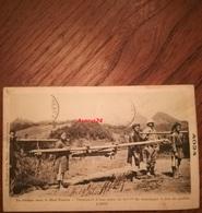 CPA Viêt-Nam 1908- En Colonne Dans Le Haut Tonkin - Transport D'une Pièce De 80mm De Montagne à Dos De Coolies - L'affût - Viêt-Nam