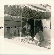 Photo (1968) : SAINT-TROPEZ (83, VAR), 2 Hommes Et 1 Femme Déjeunant Sur Leur Terrasse, Pin-up, Maillot De Bain, Pin-up - Pin-ups