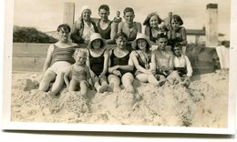 Photo D'une Famille En Maillot De Bain A La Plage Vers 1930,Photo Of A Family With Swimsuit Has The Beach(range) By 1930 - Personnes Anonymes